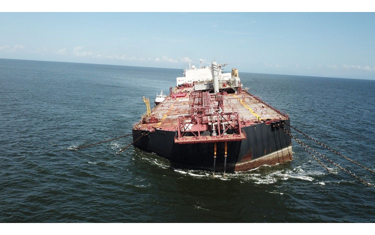 Environmental groups warn of the risk of sinking an oil tanker in Venezuela.